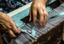Particolare lavorazione tappeti la ragione nelle mani